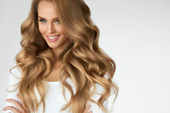 Mooi krullend haar Meisje met Golvend Lang Haarportret volume royalty-vrije stock foto's