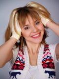 Mooi lachend meisje in een gebreid vest royalty-vrije stock fotografie