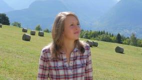Mooi landbouwbedrijfmeisje met hooivork stock footage