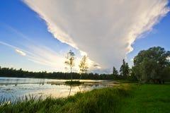 Mooi landelijk landschap met een meer Royalty-vrije Stock Foto's