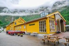 Mooi landschap anFLAM, NOORWEGEN - JULI, 2015: De mening van het Flamdlandschap van Noorwegen, groen landschap van heuvels en ber Stock Fotografie