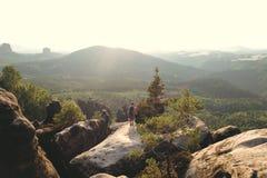 Mooi landschap bij elbsandsteingebirge met een paar die van het landschap genieten stock foto