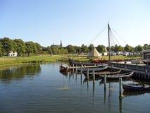 Mooi landschap dat van Roskilde Viking Ship Museum, Denemarken wordt gezien Stock Fotografie