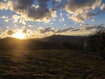 Mooi landschap in de bergen bij zonsondergang Weergeven van kleurrijke hemel met verbazende wolken stock afbeelding