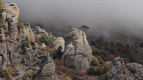 Mooi landschap, de vormingen van de bergketenrots schot De aardschoonheid van de avonturenzomer Bergketen onder stock videobeelden