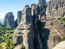 Mooi landschap die de binnen vallei van de rivier Pinyos en de rotsvormingen in de bergen overzien stock afbeelding