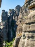 Mooi landschap die de rotsvormingen in de bergen in Meteora-gebied, Griekenland overzien stock afbeelding