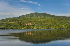 Mooi landschap en landschap van Noorwegen, groen landschap van heuvels en berg Royalty-vrije Stock Afbeelding