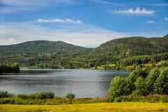 Mooi landschap en landschap van Noorwegen, groen landschap van heuvels en berg Royalty-vrije Stock Fotografie