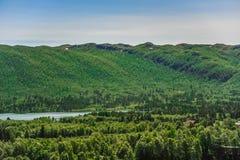 Mooi landschap en landschap van Noorwegen, groen landschap van heuvels en berg Stock Foto's