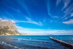 Mooi landschap, hemelmening met wolken en overzees met pijler royalty-vrije stock fotografie