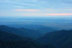 Mooi landschap in het blauwe uur Stock Fotografie