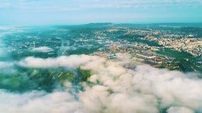 Mooi landschap Hommelvlucht over de stad hommel over wolken stock video