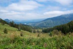 Mooi landschap Mening over de vallei onder de Altai-berg royalty-vrije stock afbeeldingen