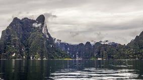 Mooi landschap met achtergrondbergenbomen en mist en rivierhemel en natuurlijke aantrekkelijkheden vooraan bij dam Thailand voora Stock Foto's