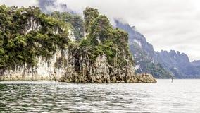 Mooi landschap met achtergrondbergenbomen en mist en rivierhemel en natuurlijke aantrekkelijkheden vooraan bij dam Thailand voora Stock Fotografie