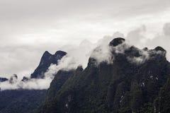 Mooi landschap met achtergrondbergenbomen en mist en rivierhemel en natuurlijke aantrekkelijkheden vooraan bij dam Thailand voora Royalty-vrije Stock Foto