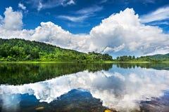 Mooi landschap met bewolkte blauwe die hemel in duidelijk wordt weerspiegeld Royalty-vrije Stock Fotografie