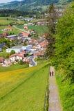 Mooi landschap met de stad, de gebieden en de wandeling van Gruyeres coupl Stock Afbeelding