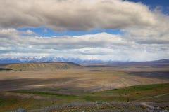 Mooi landschap met dikke witte wolken over het overgaan van de bergen Stock Foto