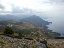 Mooi landschap met een mening van de ruwe kustlijn, de weg en de stenen, Maratea, Basilicata, Italië royalty-vrije stock afbeelding