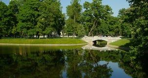 Mooi landschap met een oude brug stock videobeelden