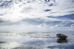 Mooi landschap met eenzame bootzon Royalty-vrije Stock Fotografie