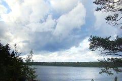 Mooi landschap met hemel en wolken over het meer stock foto