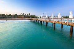 Mooi landschap met houten pijler op Turkse Riviera bij zonsondergang royalty-vrije stock fotografie