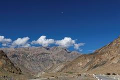 Mooi landschap met maan en witte wolken in de duidelijke blauwe hemel Royalty-vrije Stock Afbeeldingen