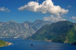 Mooi landschap met Mediterrane stad, overzees en bergen Montenegro kust, boten en jachten Royalty-vrije Stock Foto's