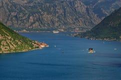 Mooi landschap met Mediterrane stad, overzees en bergen Montenegro kust, botenjachten Stock Fotografie