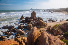 Mooi landschap met mening van oceaan, perfect strand, grote stenen, bomen, azuurblauw water Concept energie Conceptenreis stock afbeelding