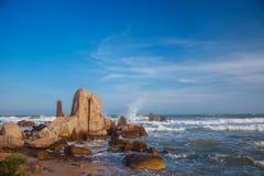 Mooi landschap met mening van oceaan, perfect strand, grote stenen, bomen, azuurblauw water Concept energie Conceptenreis stock afbeeldingen