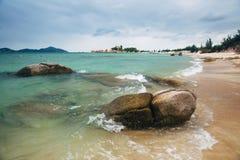 Mooi landschap met mening van oceaan, perfect strand, grote stenen, bomen, azuurblauw water Concept energie Conceptenreis stock foto's