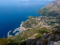 Mooi landschap met meningen van het overzees, klippen, de haven en de kleine stad van Maratea Basilicata, Potenza, Italië stock foto's