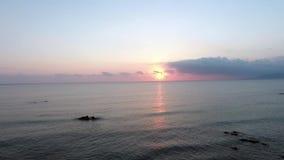 Mooi landschap met overzees bij zonsondergang stock videobeelden