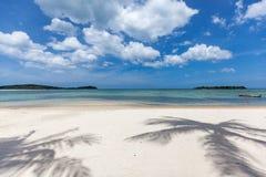 Mooi landschap met overzees en schaduwen van palmen op Koh Samui, Thailand Stock Foto's