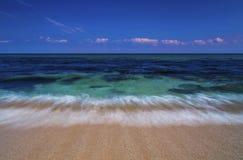 Mooi landschap met overzeese golven op het strand stock afbeeldingen