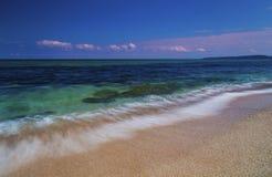 Mooi landschap met overzeese golven op het strand royalty-vrije stock afbeelding