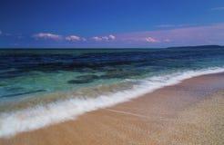 Mooi landschap met overzeese golven op het strand stock fotografie