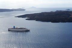 Mooi landschap met overzeese meningen Cruiseschip in overzees dichtbij NEA Kameni, een klein Grieks eiland in het Egeïsche overze Stock Afbeeldingen