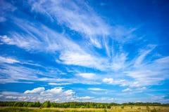 Mooi landschap met schilderachtige wolken Stock Foto's