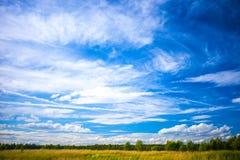 Mooi landschap met schilderachtige wolken Royalty-vrije Stock Foto's
