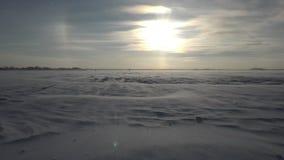 Mooi landschap met sneeuwhulpoppervlakte en sterke wind stock video