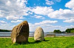 Mooi landschap met stenen op een zonnige dag in het park royalty-vrije stock afbeelding