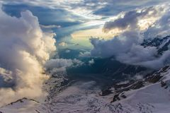 mooi landschap met verbazende toneelsneeuw afgedekte bergen, stock afbeelding