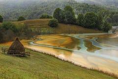 Mooi landschap met verontreinigd water door mijnbouw Stock Foto's