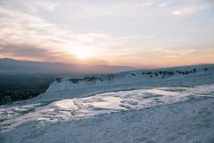 mooi landschap met witte geologische formaties bij zonsopgang, royalty-vrije stock fotografie