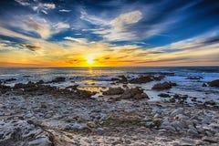Mooi landschap op de overzeese kust, de golven en het strand Royalty-vrije Stock Foto's